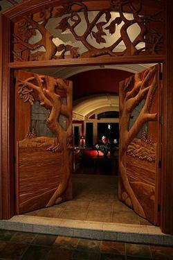 Neįprasto dizaino medinės lauko durys