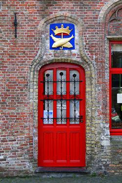 Ryškiai raudonos durys- pritraukti klientams